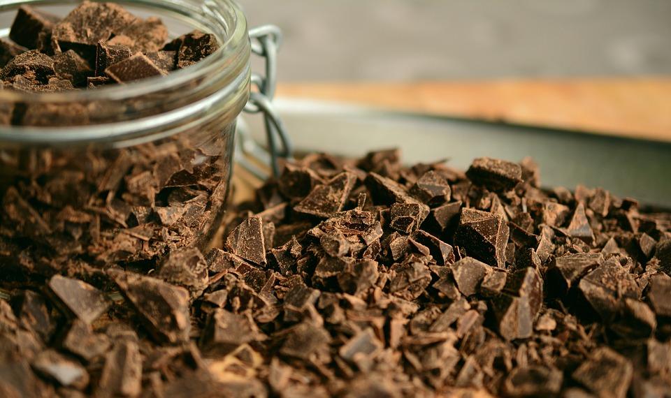 chocolate - 11 alimentos que melhoram o humor - Como ser feliz comendo?!